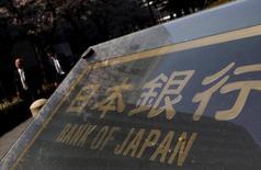 Varias personas pasan junto a la sede del Banco de Japón en Tokio, el 31 de marzo de 2016. Funcionarios del Banco de Japón mantuvieron su compromiso de ampliar su estímulo si es necesario, pero dijeron que sólo lo harían para proteger a la economía de conmociones externas, lo que sugiere un umbral más alto para un nuevo alivio tras la revisión del mes pasado de su política monetaria. REUTERS/Yuya Shino/File Photo