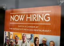Un anunico de empleo en un restaurante en Encinitas, EEUU, sep 13, 2016. Las ofertas de trabajo cayeron en Estados Unidos a un mínimo de ocho meses en agosto y las contrataciones registraron pocos cambios, lo que sugiere cierto alivio en las condiciones del mercado laboral, en parte, gracias a la recuperación económica.   REUTERS/Mike Blake/File Photo