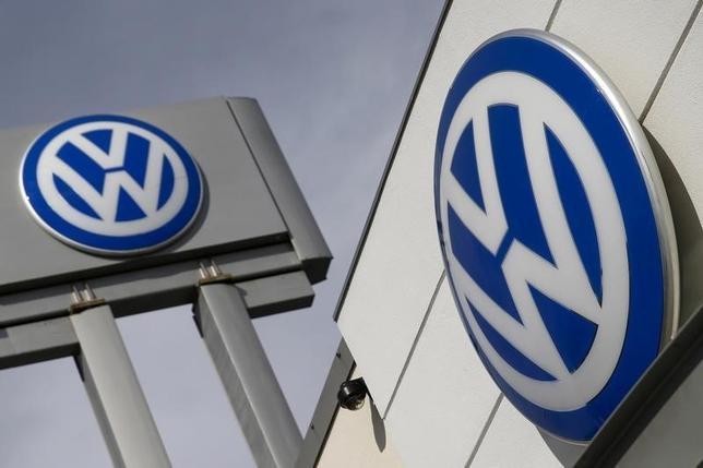 10月12日、独自動車大手フォルスクワーゲン(VW)の従業員組織代表は、同社がコスト削減を進めるため、高年齢従業員の退職などを通じ、今後10年間で最大2万5000人の人員削減を行う可能性があると述べた。写真は同社のロゴ。NY市で昨年9月撮影(2016年 ロイター/Shannon Stapleton)