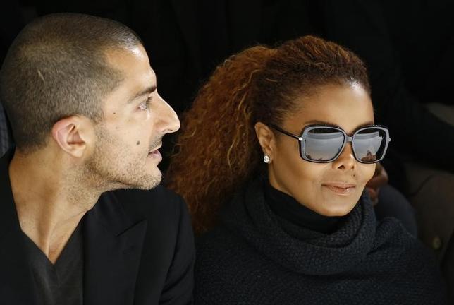 10月12日、米歌手のジャネット・ジャクソンさん(50、写真右)が、米誌の独占取材に応じ、第1子を妊娠していることを確認した。写真左は夫のウィサム・アルマナさん。昨年10月パリで撮影(2016年 ロイター/Benoit Tessier)
