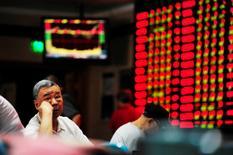 Брокерская контора в Нанкине. 27 сентября 2016 года. Фондовый рынок Китая закрылся без существенных изменений в четверг, поскольку надежды на реформы, обеспечившие укрепление акций ряда госкомпаний, были нивелированы разочаровывающими данными об экспорте и ростом беспокойства о снижении стоимости юаня. REUTERS/Stringer