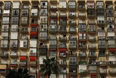 Los precios de la vivienda en alquiler experimentaron un notable aumento en el tercer trimestre de 2016 en comparación con el año anterior, informó este jueves el portal inmobiliario Idealista, en un nuevo signo de estabilización del mercado inmobiliario fuertemente castigado por la crisis económica. En la imagen de archivo, un edificio en la población costera de Torremolinos, provincia de Málaga, 27 de Marzo de 2009. REUTERS/Jon Nazca