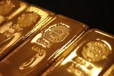 Золотые слитки. Цены на золото растут в четверг, но аналитики говорят, что они могут снизиться, если сильные экономические данные США убедят участников рынка в увеличении процентных ставок в декабре. REUTERS/Yuriko Nakao