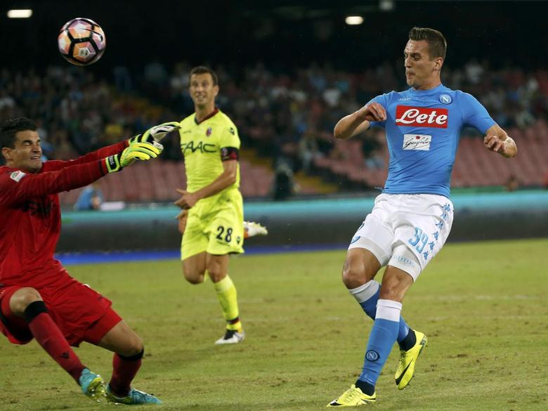 Football - Soccer -  Napoli v Bologna - Italian Serie A - San Paolo Stadium, Naples, Italy - 17/09/16. Napoli's Arkadiusz Milik shoot and scores against Bologna .  REUTERS/Ciro De Luca