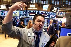 Operadores trabajando en la Bolsa de Nueva York, Estados Unidos. 6 de octubre de 2016. Las acciones en la Bolsa de Nueva York bajaban el jueves en la apertura, con grandes pérdidas en todos los sectores por la preocupación de los inversores ante débiles datos económicos de China y las perspectivas de un alza en las tasas de interés en Estados Unidos antes de fin de año. REUTERS/Brendan McDermid