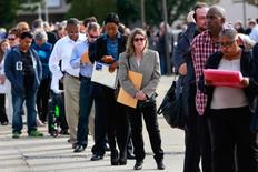 Personas en la fila de ingreso a una feria laboral en Uniondale, EEUU, oct 7, 2014. El número de estadounidenses que pidió subsidios por desempleo se mantuvo en un mínimo de 43 años la semana pasada, lo que apunta a una fortaleza sostenida del mercado laboral que podría llevar a la Reserva Federal a subir las tasas de interés en diciembre.    REUTERS/Shannon Stapleton/File Photo