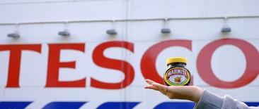 Una mujer posa con un frasco de la pasta Marmite, de Unilever, frente a una tienda de Tesco en Manchester en Reino Unido. 13 de octubre 2016. Tesco, la mayor minorista de Reino Unido, llegó a un acuerdo con Unilever luego de que dejó de vender por internet algunos de sus productos, por una disputa de precios provocada por el desplome de la libra, en uno de los casos más claros hasta la fecha de cómo la salida de Reino Unido de la Unión Europea (UE) puede afectar a los consumidores. REUTERS/Phil Noble