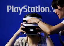 Pessoa usa dispositivo de realidade virtual da PlayStation, marca da Sony, no Tokyo Game Show 2016, em Tóquio, Japão 15/09/2016 REUTERS/Kim Kyung-Hoon/File Photo