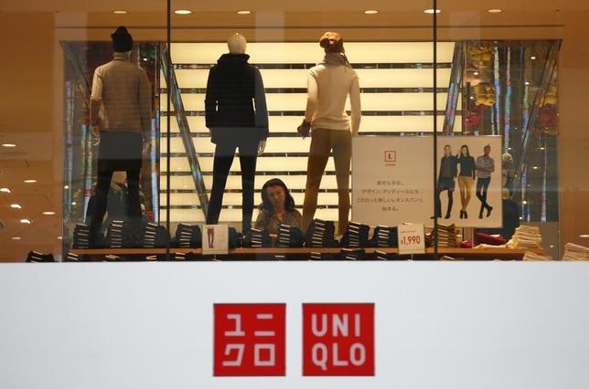 10月14日、前場の東京株式市場で、日経平均株価は前営業日比10円96銭高の1万6785円20銭と3日ぶりに小反発した。写真はファーストリテイリングが運営するユニクロの店舗。都内で2013年10月撮影(2016年 ロイター/Issei Kat)