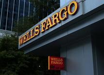 Здание Wells Fargo Bank в Шарлотт, Северная Каролина. Wells Fargo & Co отчитался о снижении прибыли четвёртый квартал подряд в связи с тем, что банк отложил средства на урегулирование возможных судебных претензий на фоне скандала с отчётностью.  REUTERS/Mike Blake