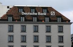 Логотип Deutsche Bank в Женеве. Финансовый директор Deutsche Bank Маркус Шенк сказал представителям персонала в прошлом месяце, что объем запланированного сокращения штата может быть увеличен вдвое, сообщил Рейтер источник, непосредственно знакомый с ситуацией.  REUTERS/Denis Balibouse
