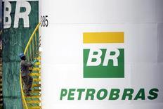 Trabalhador pinta tanque da Petrobras em Brasília  30/9/2015 REUTERS/Ueslei Marcelino