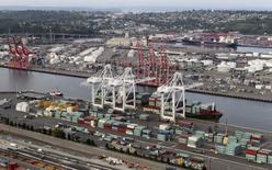 Imagen de archivo del puerto de Seattle, EEUU, ago 21, 2012. Los inventarios de las empresas en Estados Unidos subieron en agosto, impulsados por un nuevo incremento en las existencias de minoristas a lo previsto anteriormente, lo que respalda la opinión de que la inversión en inventarios habría contribuido al crecimiento económico en el tercer trimestre.  REUTERS/Anthony Bolante