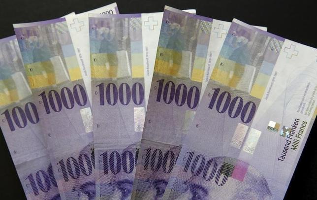 10月14日、米財務省は為替報告書を公表し、主要な貿易相手国で為替操縦を行っている国はないとする一方、スイスを新たに「監視対象」リストに加えた。スイスフラン紙幣(2016年 ロイター/RTX276IR)