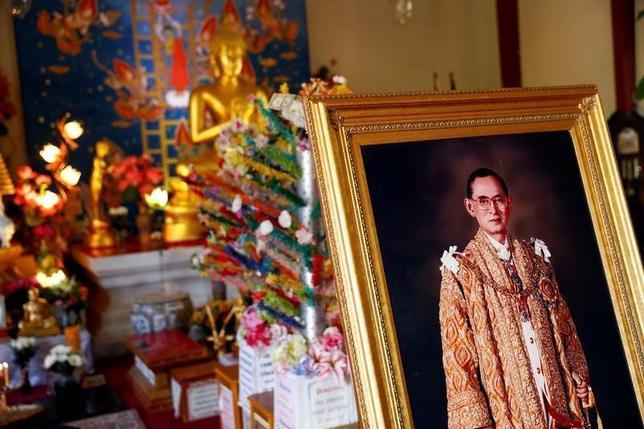 10月13日、オバマ大統領のアジア・太平洋地域に軸足を戻す外交政策の行方は、タイのプミポン国王死去で一段と不透明感が増している。写真は国王の肖像画。米カリフォルニア州の寺院で撮影(2016年 ロイター/Patrick T. Fallon)