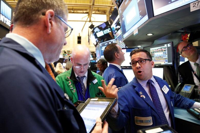 2016年10月14日,纽约证交所内的交易员们。REUTERS/Brendan McDermid