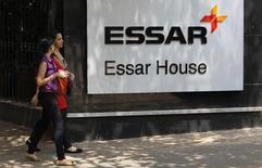 Le groupe indien surdendetté Essar a confirmé samedi la vente d'une participation de 98% dans sa filiale Essar Oil à un consortium emmené par le géant pétrolier russe Rosneft. /Photo d'archives/REUTERS/Vivek Prakash
