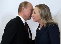 Президент России Владимир Путин (слева) на встрече с Хиллари Клинтон в бытность последней госсекретарем США.  Саммит АТЭС во Владивостоке, 8 сентября 2012 года. Путин, повысивший ставки в споре с США путем приостановки ключевых соглашений о ядерном разоружении, в воскресенье выразил надежду на восстановление связей с уходом Барака Обамы после президентских выборов в Америке 8 ноября и похвалил кандидата-республиканца Дональда Трампа. REUTERS/Mikhail Metzel/Pool