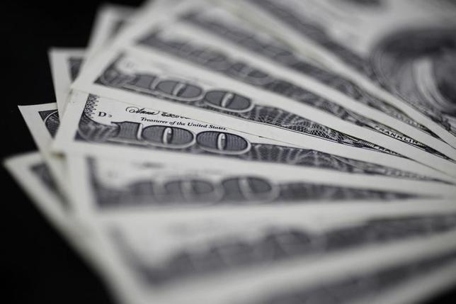10月17日、正午のドル/円は、前週末ニューヨーク市場午後5時時点と比べ、ややドル高/円安の104.22/24円だった。写真は都内で2011年8月撮影(2016年 ロイター/Yuriko Nakao)