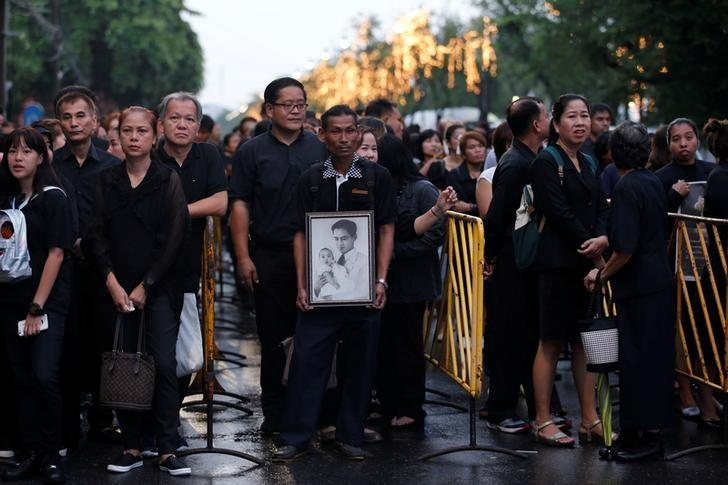 Mourners gather outside the Grand Palace to pay respects to the late King Bhumibol Adulyadej in Bangkok, Thailand, October 17, 2016. REUTERS/Chaiwat Subprasom