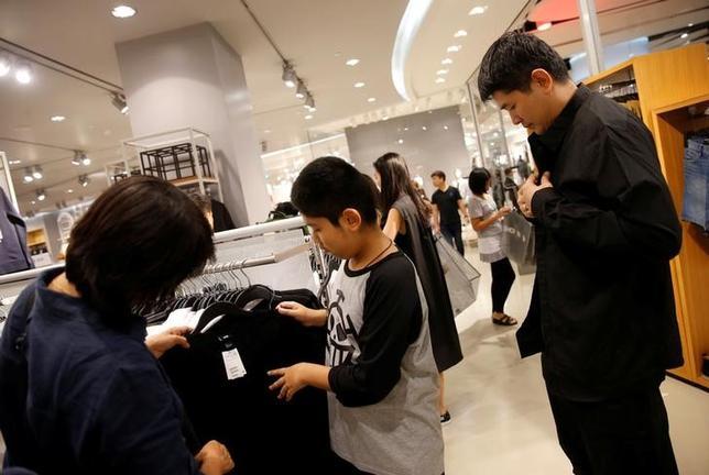 10月15日、国王の死去を受けて、喪に服すため黒い服を買い求める人が増えているタイで、それを利用して商人が不当な利益を上げることのないよう当局が警告した。写真はバンコクのショッピングモールで撮影(2016年 ロイター/Edgar Su)