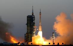 La Chine a lancé sa plus longue mission spatiale habitée en envoyant en orbite deux taïkonautes qui passeront un mois à bord d'un laboratoire spatial expérimental, avec l'objectif d'établir une station permanente dans l'espace d'ici 2022. /Photo prise le 17 octobre 2016/Reuters/China Daily