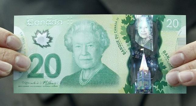 10月14日、カナダ中央銀行の内部資料で、2012年に刷新された現在の20カナダドル紙幣の図案が検討された際、エリザベス英女王(90)が新紙幣発行前に死去または退位した場合、紙幣に英国君主の図柄を入れる「伝統」を中止する可能性が協議されていたことが分かった。写真は2012年5月撮影(2016年 ロイター/Chris Wattie )