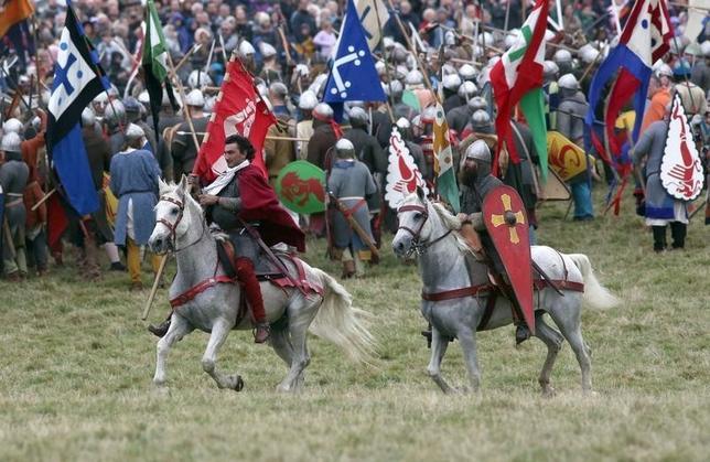 10月15日、英国史の一大転換点となったヘイスティングスの戦いから950年を迎えたのを記念し、同国の都市バトルで、当時の戦いを再現するイベントが行われた(2016年 ロイター/Neil Hall )