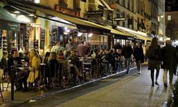 Los precios más altos en restaurantes y cafés además de alquileres y tabaco impulsaron al alza la inflación en la zona euro en septiembre, según datos publicados el lunes, compensando los bajos precios de los carburantes y el gas. En la imagen de archivo, una terraza de un restaurante en París. REUTERS/Gonzalo Fuentes
