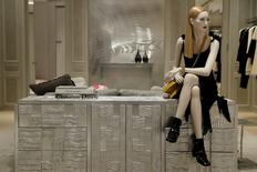 Christian Dior Couture, qui a vu ses ventes fortement rebondir cet été, a profité d'un afflux de touristes à Londres et d'une amélioration en Asie. /Photo d'archives/REUTERS/Stefan Wermuth