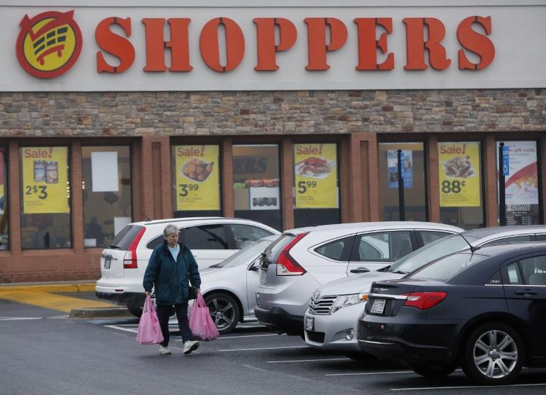 A woman carries her groceries to her car at the Shoppers supermarket in Olney, Maryland January 7, 2016. Shoppers supermarket is part of the SuperValu Inc network of stores.   Picture taken January 7, 2016.  REUTERS/Gary Cameron