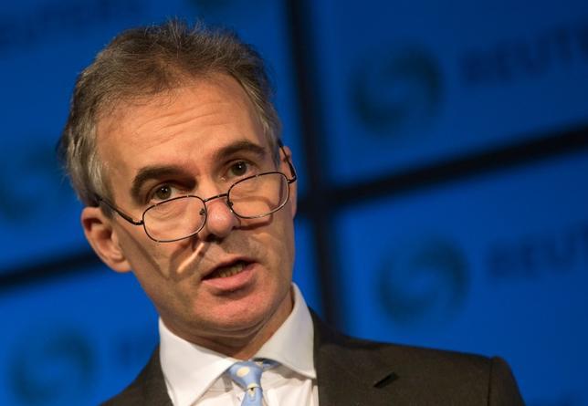 10月17日、イングランド銀行(英中央銀行、BOE)のブロードベント副総裁(写真)は、経済に悪影響を及ぼす危険性がある場合は、2%のインフレ目標を達成するために政策金利を引き上げることはないとの考えを示した。2015年11月撮影(2016年 ロイター/Neil Hall/File Photo)