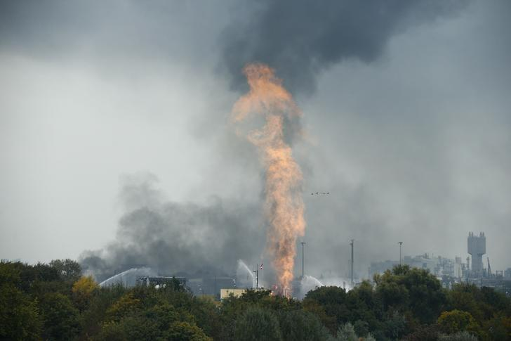 Fire and smoke rise from the factory of chemicals giant BASF in Ludwigshafen, Germany where several people had been injured following an explosion, October 17, 2016.  REUTERS/Ralph Orlowski