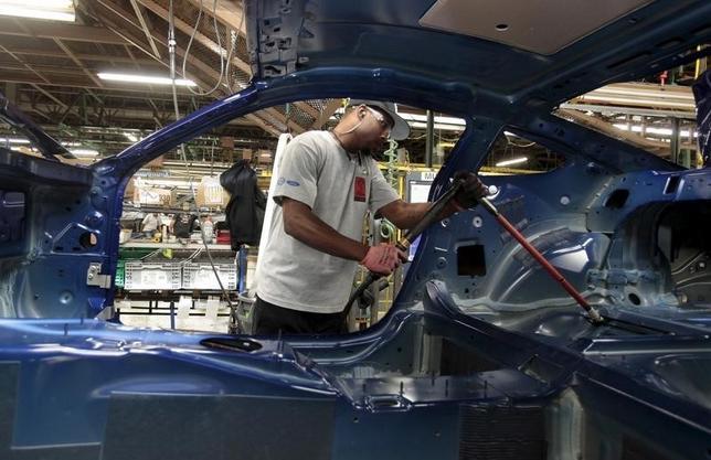 10月17日、米NY連銀が発表した10月のニューヨーク州製造業業況指数はマイナス6.80と、前月のマイナス2.0から低下し、5月以来の低水準をつけた。市場予想のプラス1.50も下回った。写真は2015年8月、米フォードの組み立て工場で(2016年 ロイター/Rebecca Cook)