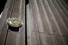 El emblema del Banco Central de Chile en su sede en Santiago, nov 7, 2014. La demanda de créditos en Chile moderó su debilitamiento en el tercer trimestre, mientras que las condiciones en la oferta de préstamos se mantuvieron restrictivas en casi todos sus segmentos, mostró el lunes un sondeo del Banco Central.  REUTERS/Ivan Alvarado/File Photo