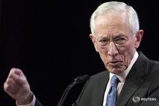 """El vicepresidente de la Reserva Federal, Stanley Fischer, ofrece un discurso en Nueva York. 23 marzo 2015. La Reserva Federal está muy cerca de sus metas de empleo e inflación en Estados Unidos, dijo el lunes el vicepresidente del banco central estadounidense, y agregó que """"no le entusiasma"""" la idea de elevar el objetivo para los precios en un intento por apuntalar al crecimiento económico. REUTERS/Brendan McDermid"""