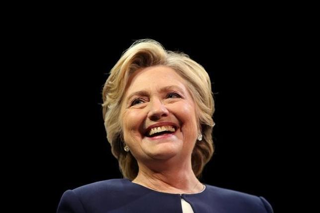10月17日、米民主党のヒラリー・クリントン大統領候補(写真)が国務長官時代に私用電子メールを使用した問題で、国務省幹部がメールの一部を機密扱いから外すよう連邦捜査局(FBI)に圧力をかけていたことが分かった。サンフランシスコで13日撮影(2016年 ロイター/Lucy Nicholson)