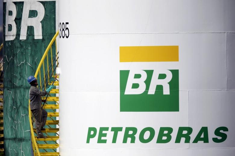 A worker paints a tank of Brazil's state-run Petrobras oil company in Brasilia, Brazil September 30, 2015. REUTERS/Ueslei Marcelino