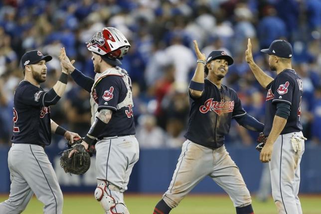 10月17日、MLBのア・リーグ優勝決定シリーズ第3戦、インディアンスが敵地でブルージェイズに4─2で勝利。対戦成績を3勝0敗とし、ワールドシリーズ進出に王手をかけた(2016年 ロイター/John E. Sokolowski-USA TODAY Sports)