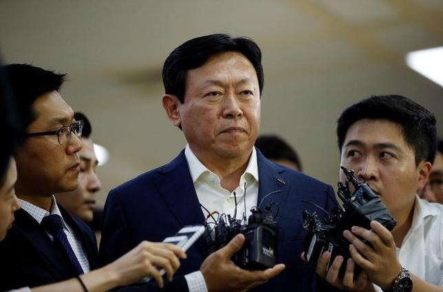 10月18日、聯合ニュースは、韓国の検察当局がロッテグループの重光昭夫(韓国名・辛東彬)会長(写真中央)を起訴する予定だと報じた。ソウルで7月撮影(2016年 ロイター/Kim Hong-Ji)