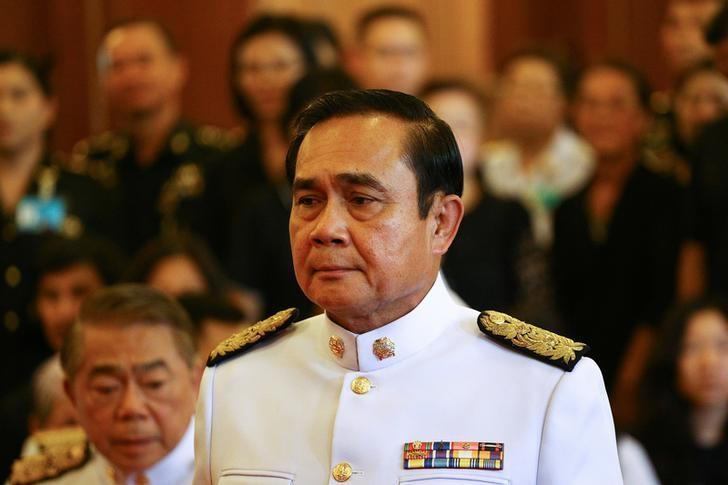 Thailand's Prime Minister Prayuth Chan-ocha mourns as he offers condolences for Thailand's late King Bhumibol Adulyadej at the Grand Palace in Bangkok, Thailand, October 14, 2016. REUTERS/Athit Perawongmetha