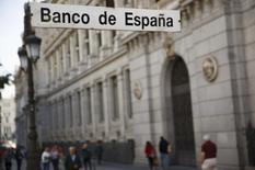 La deuda del conjunto de las Administraciones Públicas españolas subió en unos 1.400 millones de euros en agosto, hasta los 1,1 billones de euros, rondando el 100 por cien del Producto Interior Bruto (PIB) por tercer mes consecutivo, según datos del Banco de España. En esta imagen de archivo, fachada del edificio del Banco de España en Madrid el 23 de octubre de 2014.  REUTERS/Sergio Pérez