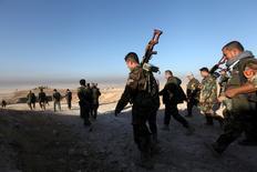 """Курдское ополчение """"пешмерга"""" продвигается на восток Мосула во время наступления на """"Исламское государство"""" 17 октября 2016 года. Приближающиеся к Мосулу вооруженные силы сообщили во вторник, что взяли 20 пригородных селений в первые 24 часа наступления с целью возврата контроля над городом, последним крупным бастионом """"Исламского государства"""" в Ираке. REUTERS/Azad Lashkari"""