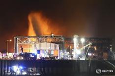 """Пожар на заводе BASF в Людвигсхафене 17 октября 2016 года. Немецкий производитель химикатов BASF столкнулся с """"большими трудностями"""" в поставках для клиентов после взрыва и пожара на крупнейшем заводе компании в Германии в понедельник, что привело к перебоям поставок сырья, сообщила член совета директоров компании Маргрет Зукале. REUTERS/Kai Pfaffenbach"""
