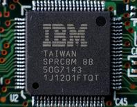 IBM a annoncé lundi une baisse du chiffre d'affaires trimestriel, la plus faible en plus de quatre ans, grâce à la croissance continue de ses services d'analyse et de sécurité ainsi que de son cloud. Le chiffre d'affaires a représenté 19,23 milliards de dollars au troisième trimestre contre 19,28 milliards un an auparavant. /Photo d'archives/REUTERS/ Gleb Garanich