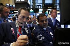 Трейдеры на торгах фондовой биржи в Нью-Йорке 17 октября 2016 года. Индексы США начали торги вторника ростом благодаря превысившим прогнозы квартальным результатам компаний, в том числе Netflix и UnitedHealth. REUTERS/Lucas Jackson