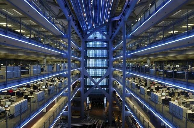 バンク・オブ・アメリカ・メリルリンチ調査によると、債券への投資配分は10カ月ぶりの水準に低下する一方、キャッシュ保有は英国のEU離脱決定以来の水準に拡大した。写真は香港のHSBC本社の様子。昨年11月撮影。(2016年 ロイター/Bobby Yip)