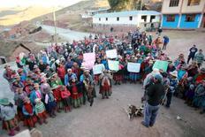 Residentes de Apurimac en Perú protestan contra la mina Las Bambas.  29 de septiembre de 2015. El presidente peruano Pedro Pablo Kuczynski dijo el martes que las quejas de campesinos contra la mina Las Bambas son legítimas y que trabajará para mejorar la infraestructura en los Andes y evitar las protestas que hace unos días dejaron un muerto en la zona. REUTERS/ El Comercio. ATENCIÓN EDITORES - SOLO PARA USO EDITORIAL.  NO ESTÁ A LA VENTA Y NO SE PUEDE USAR EN CAMPAÑAS PUBLICITARIAS. ESTA IMAGEN HA SIDO ENTREGADA POR UN TERCERO Y SE DISTRIBUYE EXÁCTAMENTE COMO LA RECIBIÓ REUTERS COMO UN SERVICIO A SUS CLIENTES.
