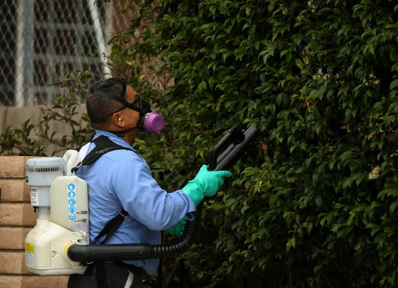 A county vector control member hand-sprays a neighborhood for adult Aedes mosquitoes after a travel-related case of Zika was confirmed in this area of San Diego, California, U.S. September 12, 2016. REUTERS/Mike Blake