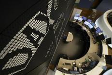 Дисплей с немецким фондовым индексом  DAX на бирже Франкфурта-на-Майне. Европейские фондовые рынки снизились на утренних торгах среды, поскольку пессимистичные квартальные отчёты негативно сказались на акциях британских компаний Travis Perkins и Reckitt Benckiser, а слабость фунта стерлингов оказала давление на показатели Akzo Nobel.  REUTERS/Kai Pfaffenbach